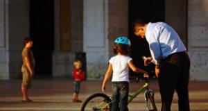 Genitori e figlio in bici