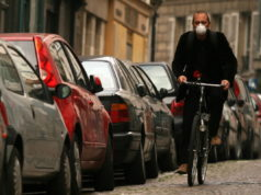 In bici con mascherina antismog