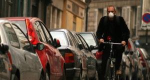 In bici con mascherina antismog