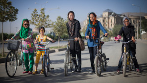 Libertà di bici. A Milano la pedalata BiciclettiAmo delle donne islamiche
