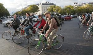 Città ciclabili: a Parigi sette piazze cambiano a misura di bici e pedoni