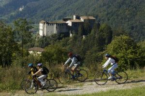 Dolomiti di Brenta: l'estate viaggia in bicicletta, tutto compreso