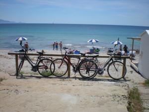 Estate in bicicletta: la Sardegna approva le rastrelliere sulle spiagge