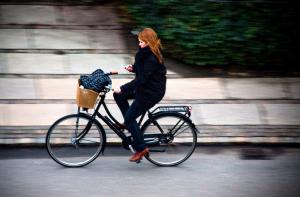 Smartphone in bici. L'Olanda ci mette un freno.