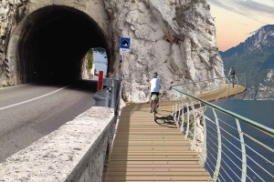 Garda by bike: la provincia di Trento mette 40 milioni per l'anello ciclabile del lago
