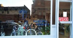 Con BiciclAbile, a Torino, biciclette sistemate con le mani di tutti