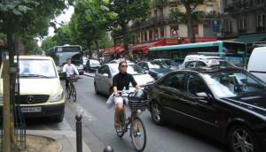 Convivenza tra auto e bici: dalle scuole guida un decalogo per i neo patentati