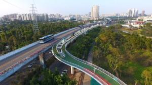 Cinque metri sopra il traffico: a Xiamen la ciclabile più alta del mondo
