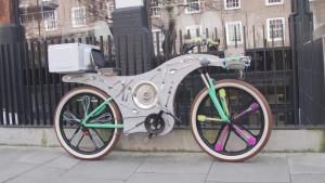 Upcycle Bike: le consegne Deliveroo in sella a un tostapane, pedalando su utensili riciclati