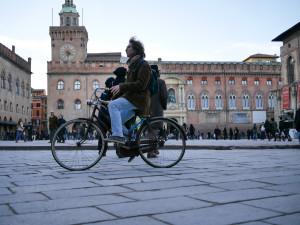 Multe alle bici in contromano: Bologna boccia il doppio senso ciclabile