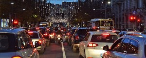 Traffico impazzito per lo shopping natalizio.