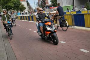 """""""Via gli scooter dalle ciclabili"""". Amsterdam guida il cambiamento in Olanda"""
