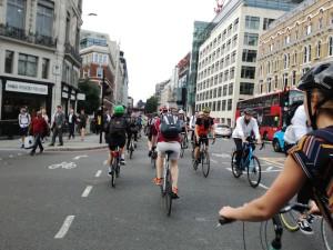 """Il """"sorpasso"""" dei ciclisti sugli automobilisti nella City di Londra"""