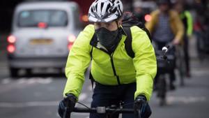 Casco obbligatorio: la protesta dei ciclisti contro la proposta del governo inglese
