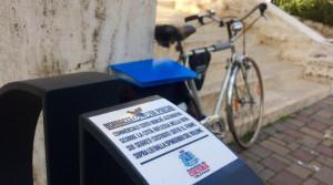 A Pescara le quartine di Alessandro Ricci 'cantano' dagli stalli delle bici