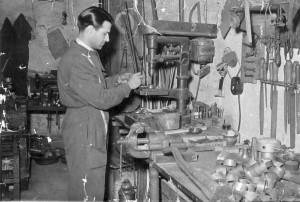 Guglielmo Daricello al lavoro nella sua prima bottega.