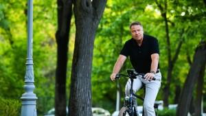Presidenti in bicicletta: il capo di Stato romeno Iohannis sceglie il bike to work