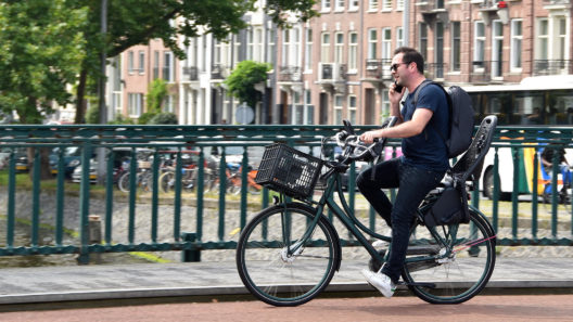 Bici e cellulari: l'Olanda mette il divieto dall'estate 2019