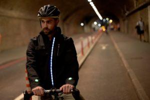 La smart jacket di Ford: il prototipo che si illumina e fa da navigatore al ciclista