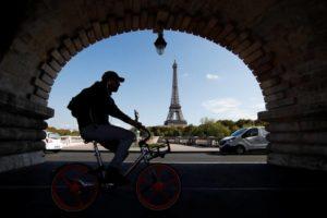 Bici a Parigi: incentivi all'e-bike, nuove piste e nuovi parcheggi