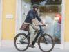 Al lavoro in e-bike