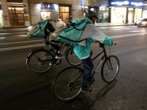 Torino, i vigili multano i rider che pedalano senza luci