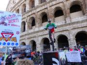 acrobati alla manifestazione