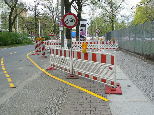 https://commons.wikimedia.org/wiki/File:Temporary_bike_line_Alt_Moabit_Berlin.JPG