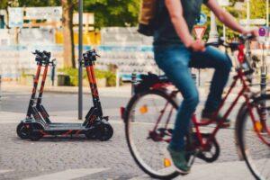 Mobilità sostenibile, un italiano su due ha una bici o un monopattino