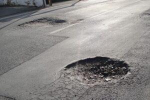 Torino, caduto per una buca. La sentenza: il Comune risarcisca il ciclista
